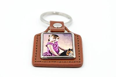 Porte-clés rectangulaire en métal et cuir marron